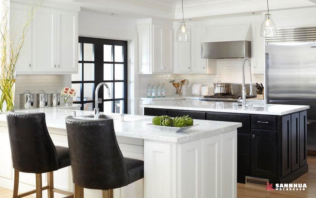 nhà bếp hiện đại trang trí cùng sàn gỗ công nghiệp